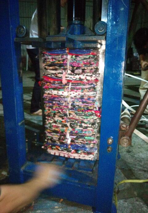 Máy ép kiện quần áo